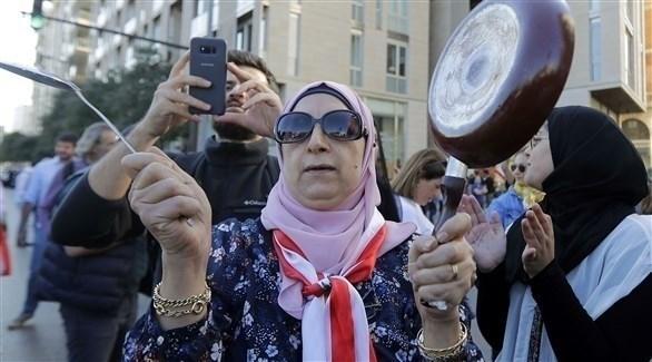 متظاهرة تقرع على الأواني المنزلية في حركة احتجاجية ضد السلطة في بيروت (أ ف ب)