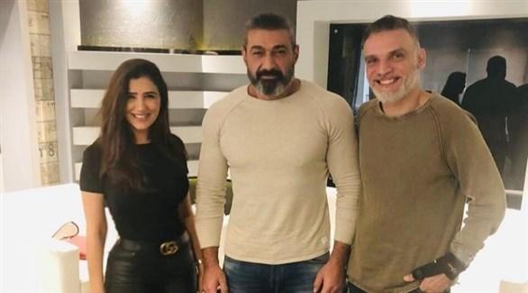 مي عمر مع ياسر جلال ومسؤول في شركة إنتاج المسلسل (من المصدر)