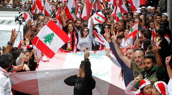 لبنانيون ولبنانيات من مختلف الأعمار يتظاهرون في بيروت (أرشيف)