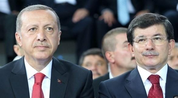 الرئيس التركي رجب طيب أردوغان ورئيس وزرائه السابق أحمد داوود أوغلو (أرشيف)
