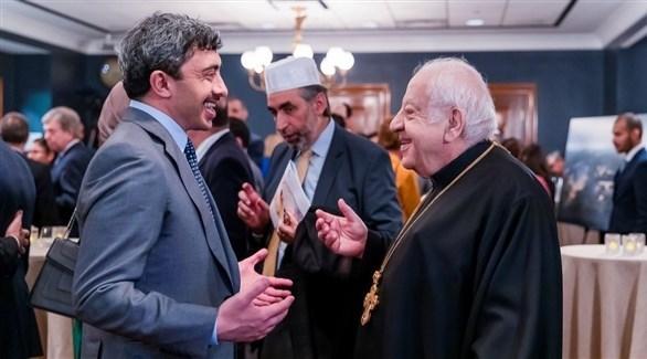 وزير الخارجية والتعاون الدولي الإماراتي الشيخ عبدالله بن زايد آل نهيان مع حفل الاستقبال (وام)