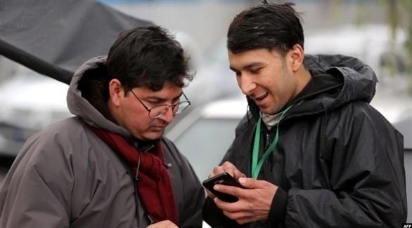 إيراني يستعمل هاتفاً محمولاً للوصول إلى الانترنت (الحرة)