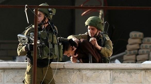 إسرائيليان يعتقلان شاباً فلسطينياً في الضفة (أرشيف)