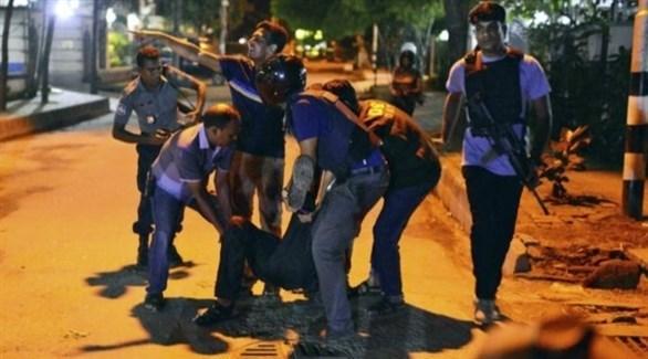 عناصر من الأمن البنغالي يعتقلون متهما بالمشاركة في الهجوم على مقهى دكا (أرشيف)