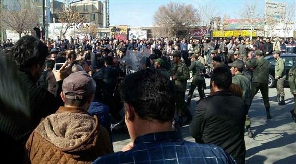 محتجون إيرانيون في مواجهة عناصر من الحرس الثوري (أرشيف)