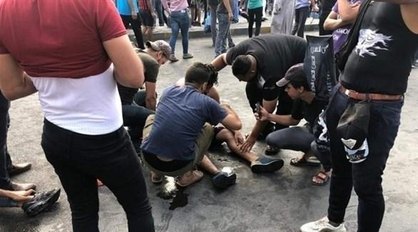 عراقيون يتجمعون حول مصاب لإسعافه (أرشيف)