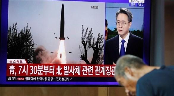 قناة تلفزيونية كورية جنوبية تتحدث عن إطلاق صواريخ كورية شمالية (رويترز)