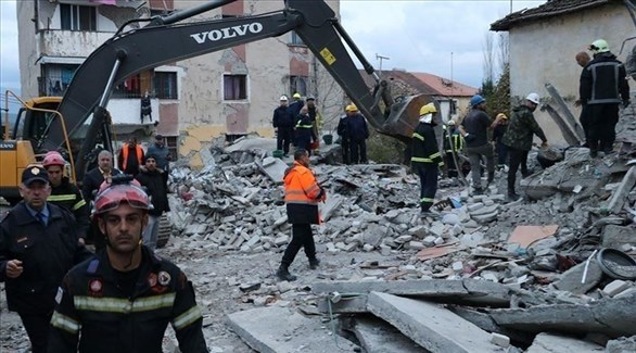 مسعفون منقذون في ألبانيا (تويتر)