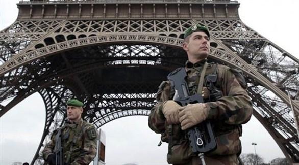 عناصر أمنية بالقرب من برج إيفل في باريس (أرشيف)