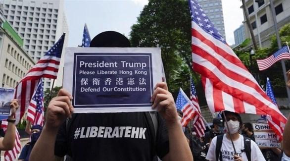 متظاهر يُطالب الرئيس دونالد ترامب بتحرير هونغ كونغ (أرشيف)