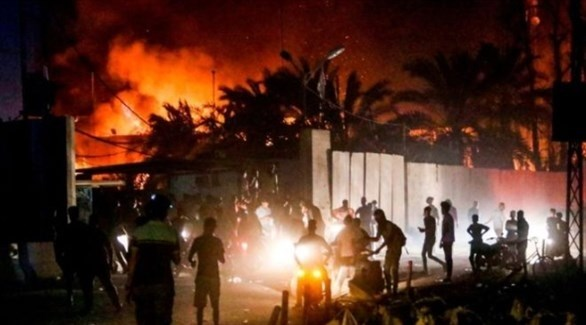 عراقيون أمام القنصلية الإيرانية في النجف بعد إحراقها (تويتر)