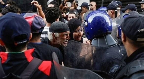 متظاهرون في مواجهة رجال شرطة في الجزائر (أرشيف)