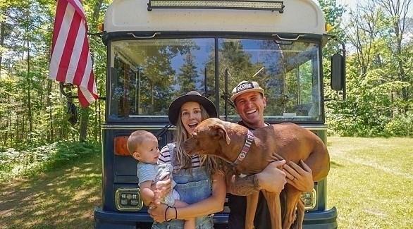 ويل وكريستين واطسون مع ابنتهما وكلبهما أمام الحافلة (ديلي ميل)