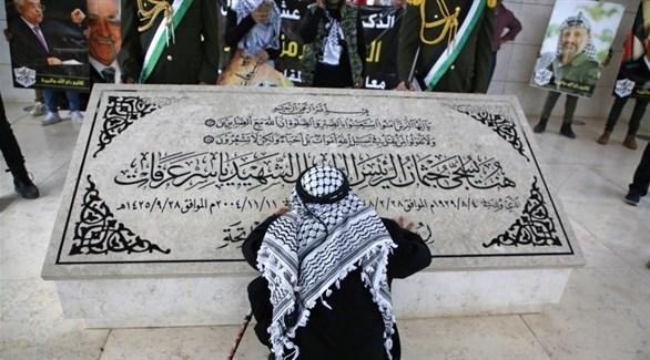 فلسطيني أمام قبر الرئيس الفلسطيني الراحل ياسر عرفات (أرشيف)