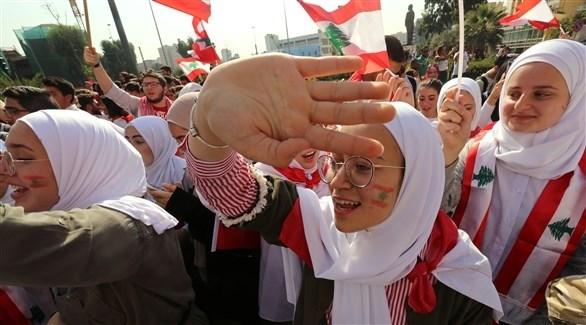 طالبات لبنانيات يتظاهرن أمام وزارة التربية في بيروت (رويترز)