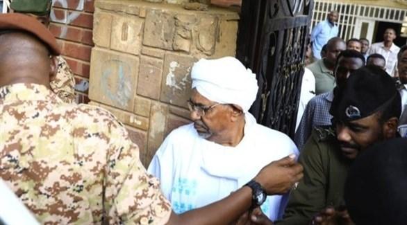 عمر البشير أثناء توجهه من سجن كوبر إلى مقر نيابة مكافحة الفساد في الخرطوم (أرشيف)