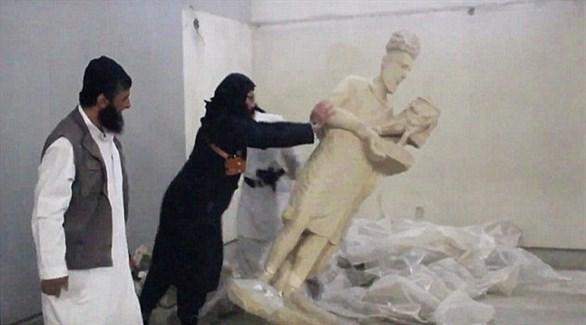 داعش أثناء تدمير آثار مدينة النمرود (أرشيف)