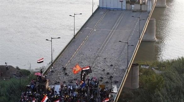 متظاهرون عراقيون على جسر السنك في بغداد (أرشيف)