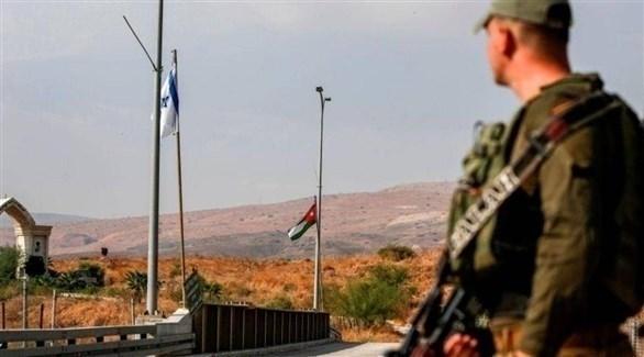 جندي إسرائيلي يقف على جسر مؤد إلى الباقورة (أرشيف)