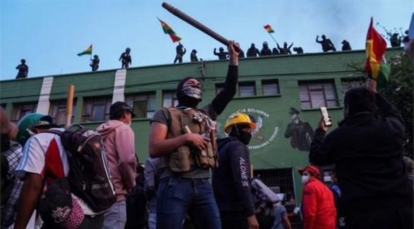 متظاهرون يحيون المتمردين فوق مبنى للشرطة البوليفية (بي بي سي)