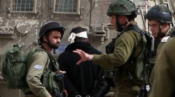 جنود الاحتلال يعتلقون فلسطينياً في الضفة الغربية (أرشيف)
