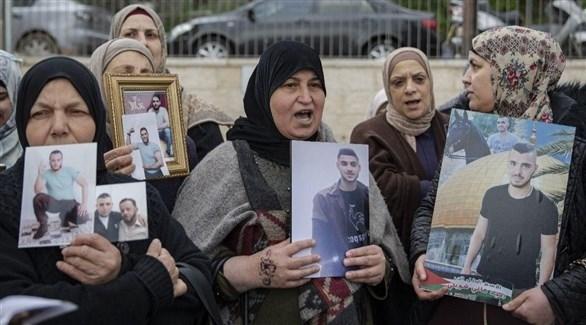 أمهات يحملن صور أولادهن في سجون الاحتلال (أرشيف)