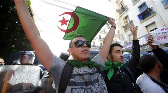 الطلاب يحتجون في شوارع الجزائر (رويترز)