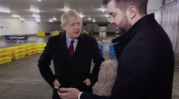 رئيس الوزراء البريطاني جونسون مع الصحافي جوي بايك (تويتر)
