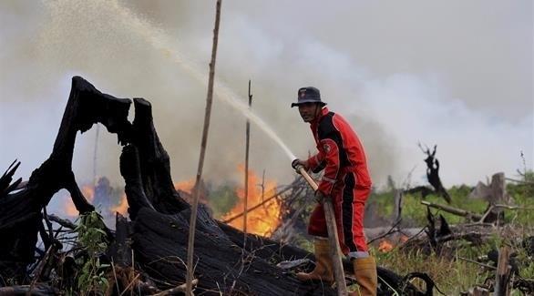 إطفائي يحاول خل إخماد حريق في إندونيسيا (أرشيف)