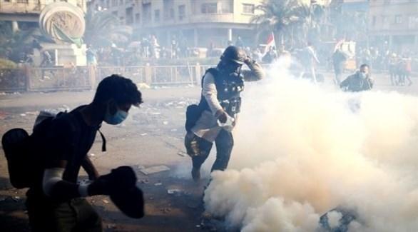متظاهرون عراقيون وسط دخان قنابل الغاز المسيل للدموع (أرشيف)