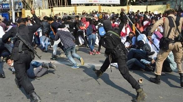 صدامات بين الأمن الهندي ومحتجين على قانون منح الجنسية (تويتر)