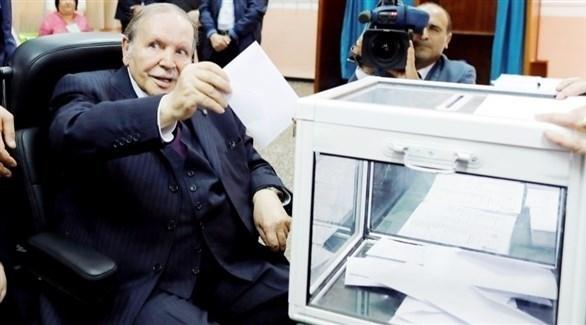 الرئيس الجزائري المعزول عبدالعزيز بوتفليقة يصوت في انتخابات سابقة (أرشيف)