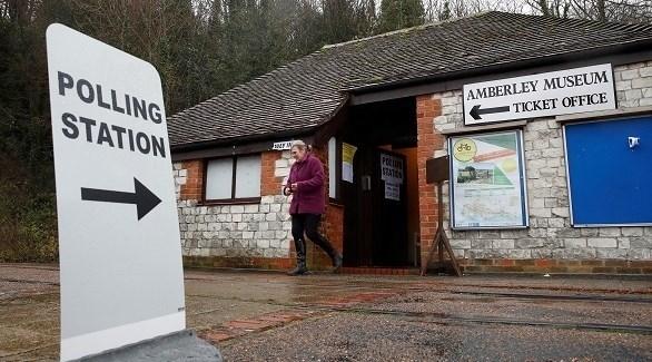 بريطاني يدلي بصوته في إحدى مراكز الاقتراع (أرشيف)