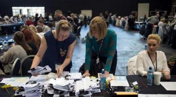 مراقبات في مركز اقتراع في انتخابات بريطانية سابقة (أرشيف)