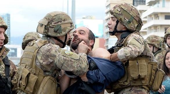 عناصر من الجيش اللبناني يعتقلون محتجاً في جل الديب (اي بي ايه)