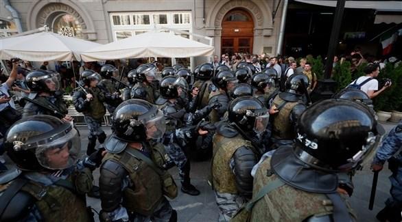 شرطة مكافحة الشغب الروسية تفرق متظاهرين في موسكو (إ ب أ)