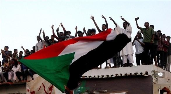 متظاهرون في السودان (رويترز)
