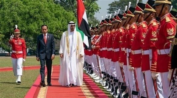 محمد بن زايد يصل جاكرتا في زيارة إلى أندونيسيا والرئيس جوكو ويدودو في مقدمة مستقبليه (تويتر)