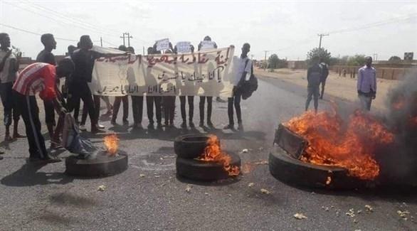 متظاهرون يغلقون طريقاً في الخرطوم احتجاجاً على مجزرة الأبيض (تويتر)