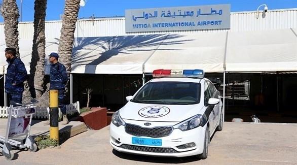 سيارة شرطة تقف أمام مطار معتيقة بليبيا (أرشيف)