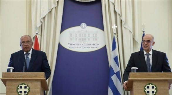 وزير الخارجية اليوناني نيكوس ديندياس خلال مؤتمر صحافي مع نظيره المصري سامح شكري في أثينا (رويترز)