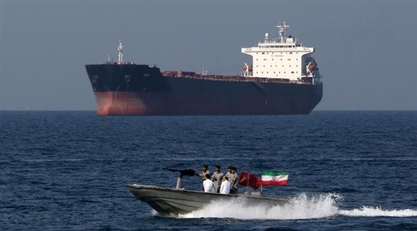 سفينة حربية إيرانية وناقلة نفط خلفها (أرشيف)
