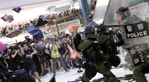 اشتباكات بين الشرطة ومحتجين في مطار هونغ كونغ (أرشيف)