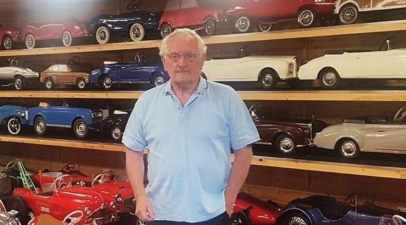 ديفيد وادوود مع مجموعته من السيارات (ديلي ميل)