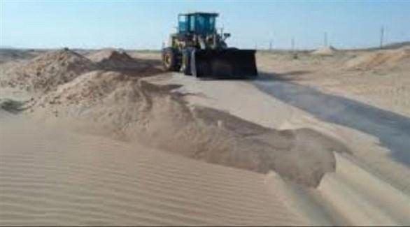 جرافة تزيل الرمال على الطريق بين عدن والمكلا (تويتر)