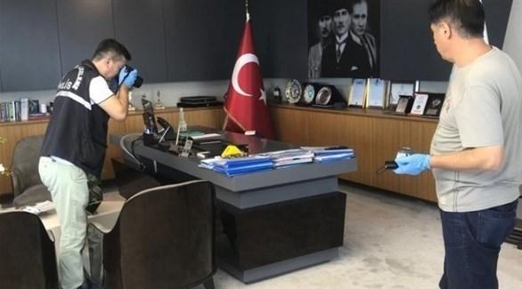 محققون من الشرطة التركية في مكتب رئيس البلدية المستهدف (عثمانلي)