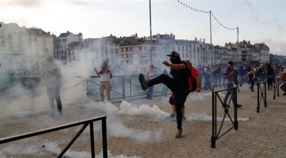 محتجون فرنسيون ضد قمة مجموعة السبع في بياريتس (تويتر)