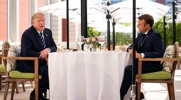 الرئيس الفرنسي إيمانويل ماكرون والأمريكي دونالد ترامب يتناولان الغداء في بياريتس (تويتر)