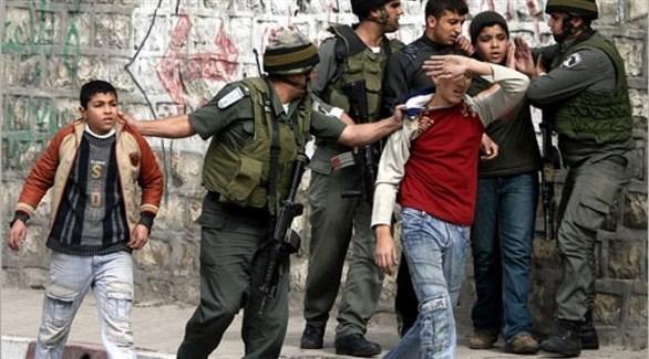 قوات الاحتلال الإسرائيلي تعتقل أطفال في الضفة الغربية (أرشيف)
