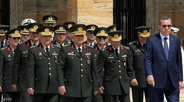 الرئيس التركي رجب طيب أردوغان وجنرالات في الجيش (أرشيف)
